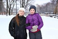 Menina de dois adolescentes no fundo do branco nevado Imagem de Stock Royalty Free