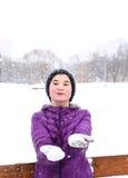 Menina de dois adolescentes no fundo do branco nevado Fotografia de Stock Royalty Free