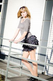 Menina de encontro ao fundo urbano brilhante. Imagem de Stock Royalty Free