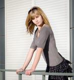 Menina de encontro ao fundo urbano brilhante. Fotografia de Stock