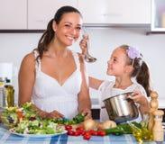 Menina de ensino da mulher a cozinhar Fotografia de Stock Royalty Free