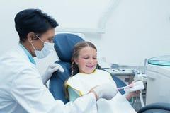 Menina de ensino do dentista fêmea como escovar os dentes fotos de stock royalty free