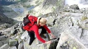 Menina de escalada video estoque
