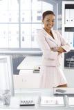 Menina de escritório consideravelmente afro na mesa foto de stock royalty free
