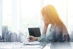 Menina de escritório para negócios que joga o smartphone com construção do metro da folha de prova para conectar povos imagens de stock royalty free