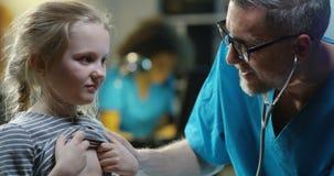 Menina de exame do doutor com estetosc?pio video estoque