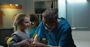 Menina de exame do doutor com estetosc?pio vídeos de arquivo