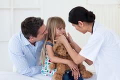 Menina de exame do doutor fêmea Fotografia de Stock Royalty Free