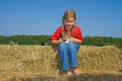 Menina de exploração agrícola feliz com sua vaquinha. fotos de stock royalty free