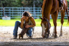 Menina de exploração agrícola no telefone com cavalo e cão Imagens de Stock