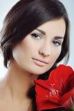 Menina de flor da beleza no fundo azul fotografia de stock royalty free