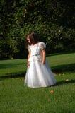 Menina de flor sob a árvore de Apple foto de stock royalty free
