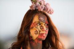 Menina de flores de florescência Imagens de Stock
