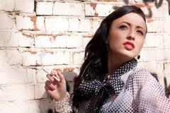 Menina de fumo bonita Imagens de Stock