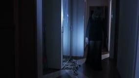 Menina de Ghost na casa o espírito de uma mulher Cena do horror de uma mulher assustador video estoque