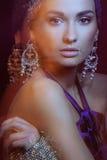 Menina de Glamor no borrão de movimento bonito da jóia imagens de stock
