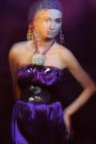 Menina de Glamor no vestido de noite violeta no borrão de movimento fotografia de stock