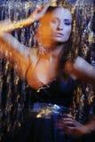 A menina de Glamor no vestido preto no movimento ilumina-se foto de stock