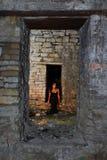 Menina de Goth no edifício velho Imagens de Stock
