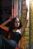 Menina de Goth no windowsill   fotos de stock royalty free