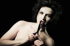 Menina de Goth que corta sua língua fora com tesouras. Close up Imagens de Stock Royalty Free