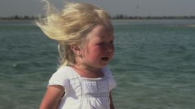 Menina de grito pelo mar Menina com os rasgos em seus olhos filme