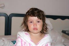 Menina de grito virada da criança do branco no vestido de molho foto de stock