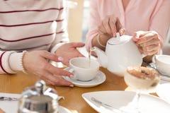 Menina de inquietação que tem o almoço com sua avó Imagem de Stock Royalty Free