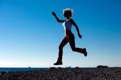 Menina de Juming na praia ao correr Imagens de Stock