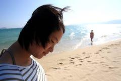 Menina de lado o mar Imagem de Stock Royalty Free
