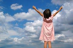 Menina de Litle com os braços levantados fotografia de stock