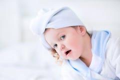 Menina de Litlte em um roupão e em uma toalha Fotos de Stock Royalty Free
