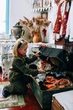 Menina de Llittle na sala da vila Fotografia de Stock Royalty Free
