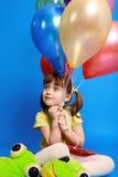 Menina de Llittle que prende balões coloridos fotografia de stock