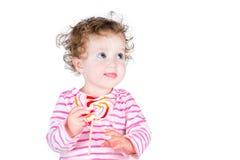 Menina de Lttle com uns doces dados forma coração fotografia de stock royalty free