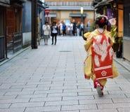 Menina de Maiko vestida no quimono em kyoto fotografia de stock