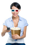 A menina de observação do filme 3D entrega o controlador remoto Imagem de Stock
