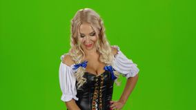 Menina de Oktoberfest com cerveja Menina bávara Tela verde vídeos de arquivo