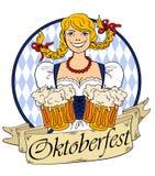 Menina de Oktoberfest com vidros da cerveja Fotos de Stock