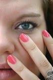 Menina de olhos azuis com pregos cor-de-rosa Fotografia de Stock Royalty Free