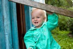 Menina de olhos azuis no revestimento de turquesa Imagens de Stock Royalty Free
