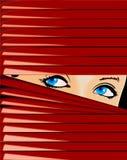 A menina de olhos azuis olha por causa do Jalousie vermelho. ilustração royalty free