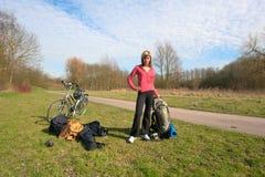 Menina de parada com uma bicicleta imagem de stock royalty free