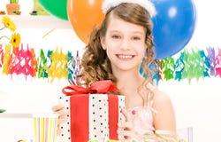 Menina de partido com balões e caixa de presente Imagens de Stock