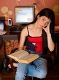 Menina de pensamento com livro aberto Foto de Stock Royalty Free