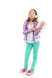 Menina de pensamento que guarda uma tabuleta digital Imagens de Stock