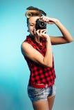 Menina de Pin Up que toma fotos com câmera do vintage fotos de stock royalty free
