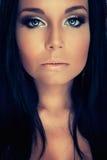 Menina de Portrair com olhos azuis e chicotes da obscuridade Fotos de Stock