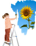 A menina de quatro anos em uma escada e desenha um retrato. Imagem de Stock Royalty Free
