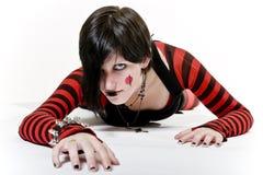 Menina de rastejamento de Goth Fotos de Stock